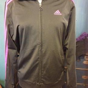 Varetype: Cardigan - sportstrøjeStørrelse: 13-14år Farve: grå og pink  Adidas cardigan med lynlås str. 164, 13-14år. Længde 66cm. Pæn stand. 100kr Kan hentes Kbh V eller sendes for 37kr DAO