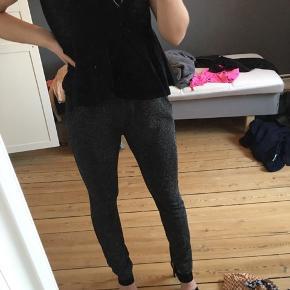 Super fine sorte bukser med glimmer - stort set aldrig brugt.  ❤️  Køber betaler fragt ;))