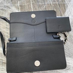 Læder clutch med aftagelig lang kæde strop Flere indvendige lommer Pænt blondemotiv på fronten af tasken Str. 20 x 12 cm Nypris 1699kr