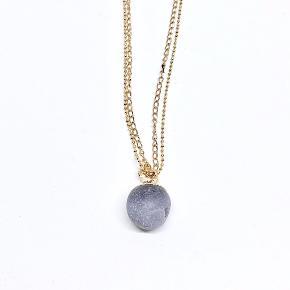 Den smukkeste dobbelte halskæde med flot natur vedhæng i stenen Druzy Agat Vedhænget/stenen er med forgyldt top og uens i overfladen.  Længden på kæden er 72 cm.  Vedhænget måler ca 18 mm i dia  Prisen er pr. sæt   Kan sendes for 10,- som brev eller for 39,- som pakke.