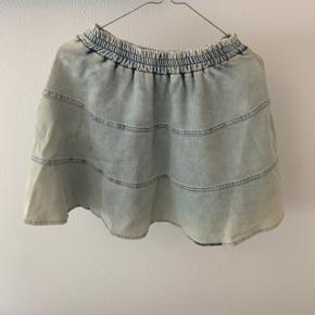 Sød nederdel som aldrig er brugt, og stadig med prismærke. Nypris var 1200 kr.