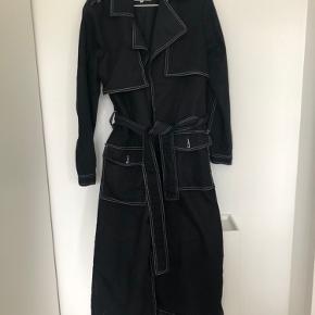 Sort lang frakke, sælges da jeg ikke får den brugt. Byd gerne