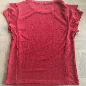 Helt ny T-shirt fra Maché.  Kan afhentes i Århus C. eller sendes for købers regning for 38 kr.