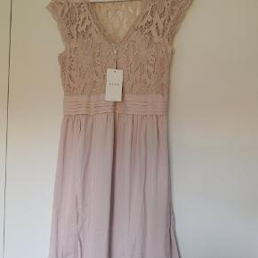 Super fin kjole - aldrig brugt. Dejlig let!