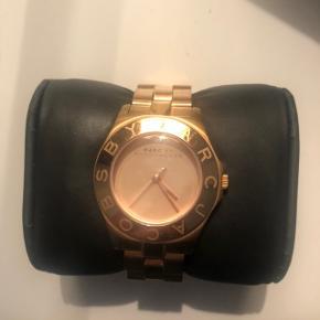 Lækkert og smukt ur fra Marc Jacobs!🕊 er købt i år 2016, og uret er derfor udgået og bliver ikke solgt i butikkerne mere. Det er i meget flot stand og velholdt. Kun få små ridser😊 købte det i Berlin for 2800kr Ekstra led høre til, samt orginal æske