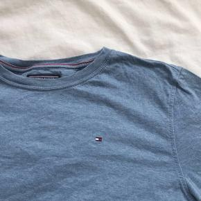 Fin blå Tommy Hilfiger tee, til begge køn. Den svarer til en XS-S  -Np var omkring 499kr