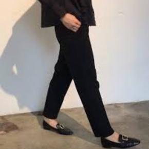 Helt nye poppy pants I sort fra Skall Studio.  Aldrig brugt, vasket en gang.  Stor i størrelsen 100% blød Økø bomuld.