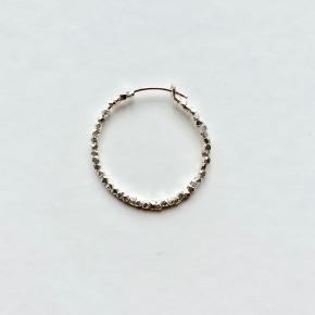 1 stk. Jane Kønig Lille creol i mat sterlingsølv med sølvperler. Øreringen har en diameter på 26 mm. Nypris er 300kr. pr stk.  Jeg bytter ikke.