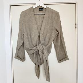 Jeg sælger denne mega lækre cardigan/bluse vævet i hør. Den er fra det danske natur-mærke Stine & Ko. Den kan styles på to forskellige måder alt efter behov, som ses på billedet.  #30dayssellout