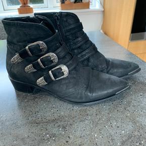 Ankelstøvler med spænder i nubuck.  Hæl 4 cm. Venstre hæl trænger til lidt lim -se foto.