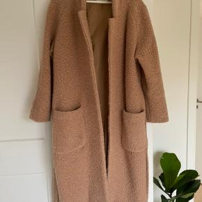 Lækker Ganni frakke sælges, str L.  Køber betaler fragt.