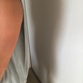 Smuk kjole/bluse. Lidt kortere foran end bagved. Bruges godt med en stram nederdel under! 💗
