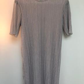 b957cd96cea9 Fin kjole i svag rosa med sølv. Str 38 og svarer til str S-M.
