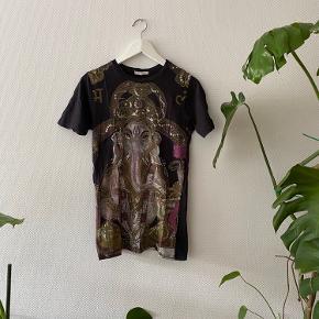 T-shirt fra Urban Outfitters med det flotteste tryk ✨   NB: Prisen er fast & eksl. fragten.  Tager derfor ikke i mod bud.