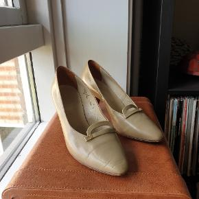Stiletter 50'erne eller 60'erne.  Det kan selvfølgelig ses at skoene har en vis alder, men synes stadig de er meget charmerende.  Materialet er læder. Man er velkommen til at komme og prøve dem, inden man beslutter sig.