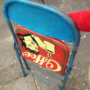 VINTAGE CIRKUS / CAFÉ Unikke, fine & gamle klapstole fra udlandet - højst sandsynligt England 🌞 Kan anvendes til butiksdekoration / udsmykning / pyntegenstande  Bud fra 250,-kr pr. Stk  Kan leveres til Aarhus / Djursland; Syd & Nord (Grenaa, Ebeltoft, Rønde osv.) og omegn og længere væk 🇩🇰⭐️🇩🇰 De er gamle/vintage, så standen er derefter :-)  De sælges hver for sig eller samlet; 4 stk hvoraf halvdelen har anderledes motiver(annoncen for de 2 andre kommer snarest) :)  Kh LiseLotte / Markmusens Lade på Djursland 🐝🌾