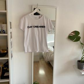 Super fin t-shirt fra Day, som aldrig er brugt. Der er stadig prismærke 🤍🌸