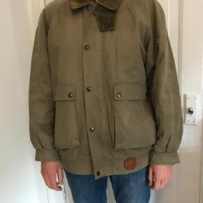 Super lækker klassisk jakke fra Burberry sælges, da den desværre ikke bliver brugt længere. Forret med de klassiske Burberry tern.  Kan afhentes på Frederiksberg, ellers betaler køber for porto og evt. TS-gebyr.  Yderligere billeder kan sendes.
