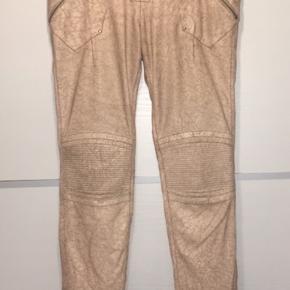 Virkelig fede, rå og smukke læderbukser. Bukserne er lavet af 100% skind og foret indvendigt.  Mange fede og rå detaljer.
