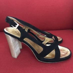Super fine Gucci slingback sandaler i sort ruskind med træhæl (ca.10 cm.). De er lidt slidte (deraf prisen), men ikke noget, der er ødelagt😊