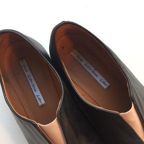 Skoene har været brugt et par gange, men er næsten som ny.  Se også mine andre annoncer