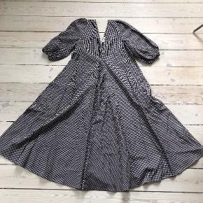 Sælger denne  populære Charron kjole fra Ganni, da jeg ikke får den brugt  længere.  Jeg  er selv en str. 36, men passer denne str. fint, da den er så flot som oversize, så den kan passes af alle størrelser fra 36-42, alt afhængig af hvordan man ønsker den sidder.