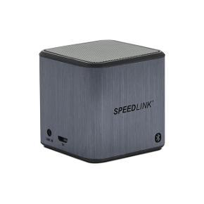 XILU Portable Speaker – Bluetooth® i smart terningsdesign klarer sig med en kantlængde på kun fem centimeter og sørger alligevel for kraftig multimedia-sound. Takket være Bluetooth®-teknik og den integrerede akku, afspiller den helt trådløs musik fra smartphones, tablet-PCer og notebooks, med den integrerede mikrofon kan den desuden bruges som kompakt headset til bekvemme telefonsamtaler.   SPEEDLINK XILU. Lyd-output kanaler: 1.0, Højttaler, type: 1-vejs. Udgangseffekt (RMS): 2,3 W, Frekvensområde: 90 - 18000 Hz. Forbindelsesteknologi: Ledning & trådløs, Grænseflade: Bluetooth/3.5 mm, Trådløs teknologi: Bluetooth. Farve på produkt: Grå. Anbefalet brug: Universel Den måler 5 × 5 cm og batteriet er 400 Mah. Bluetooth område 10 m.  Er som ny. Giv et bud