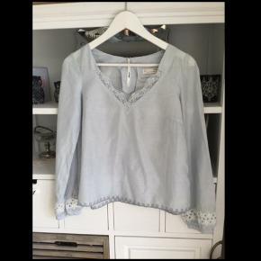 Sød lyseblå tunika fra Odd Molly med hvide pynte kanter kun prøvet på, nypris 800 kr. Passer str. XS/S str hedder T1 er str. XS