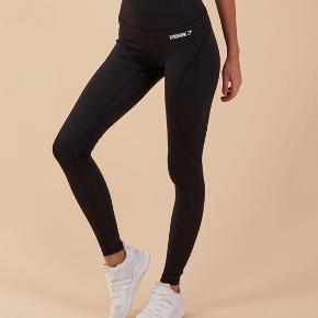 Sælger mine gymshark leggings da jeg desværre ikke får brugt dem nok. Gymshark mærket på bagsiden er meget lidt røget af hvilket dog ikk er tydeligt. Skriv for billeder