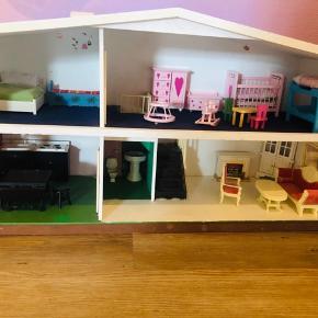 Fint lille dukkehus. Trænger til en kærlig lille hånd:)