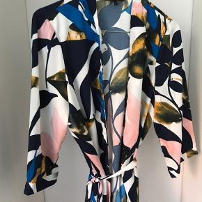 Kimono med bindebånd. Aldrig brugt 🌸