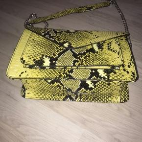 Sælger denne slangeskinds lignende taske fra PIECES. Den er helt ny.    OBS - Jeg sælger 3 for 2 på siden.