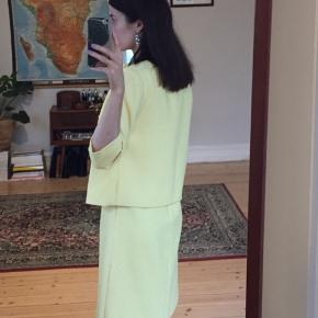 Det helt perfekte Jackie O' sæt, 60'er vintage kjole med tilhørende jakke i pastelgult frottélignende materiale. Fitter S/M. Så godt som nyt.