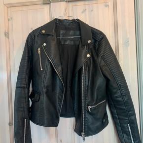 Imiteret læderjakke i sort fra Vero moda. Kun brugt få gange. Bud modtages gerne ☺️