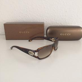Super fede Gucci solbriller med tonede glas samt det klassiske gg-logo i guld på stængerne der er besat med strass sten som virkelig giver solbrillen et eksklusivt look 🤩 Kvittering haves. Model GG 3031/Strass  Nypris: 2.500 Mp: 1.400