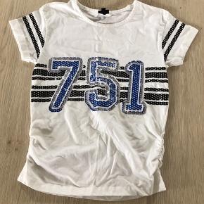 Hvid t-shirt, str. 10 (140), D-XEL, brugt men meget pæn. 10% af prisen går til Kræftens Bekæmpelse (Team Vejdik, Stafet For Livet) Se mere på mostermette.dk (IG1004)