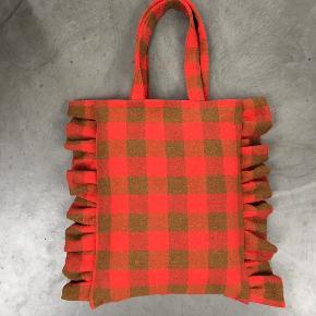 Skøn shopper ❤️ Håndlavet af retro uld-dug. Mål ca 33x41 cm. Remme ca 53 cm, og kan sagtens bæres over skulderen #recycle #bæredygtigt