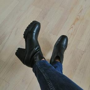 Ankelstøvler fra Zara, brugt meget lidt, men der er nogle få ridser hist og her.