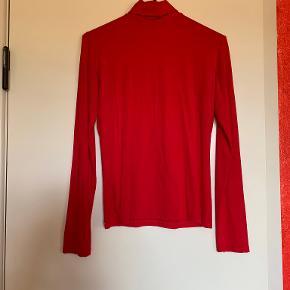 """Esprit, Collection Basic højhalset rød bluse, str. M  Der er let drapering midt på foran  Mulighed for """"Køb nu"""" eller mødes og handle :)"""