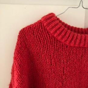 Fin, oversized strik fra Zara 💛 - den er rød med pink undertoner :)