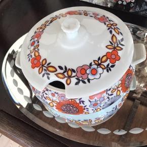 Flot blomstrende retro skål i porcelæn med låg fra Colorama. Made in Brazil. Den er 15 cm i diameter og 9 cm høj. Sender gerne. Pris 75 kr.  #colorama #porcelænsskål #retroskål #skålmedlåg