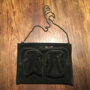 Nunoo taske i sort ruskind. Aldrig brugt, og derfor i perfekt stand🌼  NP: 699kr Afhentning i Valby og sender med DAO via Tradonos handelssystem