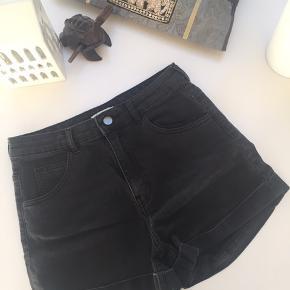 Sorte, tætsiddende denim-shorts fra H&M. Fitter også en 36☺️🌱🌼