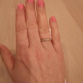 Super fin ring fra Pandora i guld og med brillanter, se specs på sidste billede, dog er min str 56. Fin indgravering på siderne. Kvittering er blevet væk men står 100% inde for ægtheden.  Nypris 9000,-