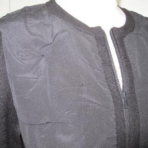 Super smart sag fra COS, med lynlås.  L:54 cm Æ:56 cm B:2x53 cm Silke og uld.