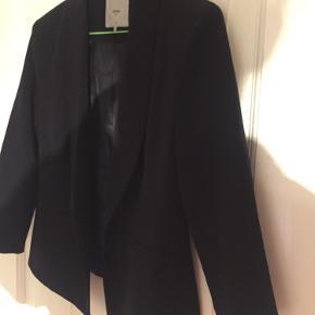 Klassisk sort blazer i flot snit med lidt korte ærmer. Flot pasform. Brugt en enkelt dag