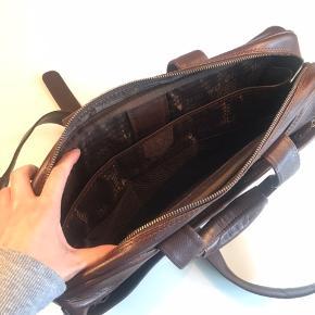 """Laptop taske i kraftigt skind -mærket """"Da Milano""""  Slidmærker i bunden og hist og her, men alle lynlås og hægter er fuldt intakte H:43cm B;34 cm D; 14 cm"""