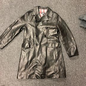 Dolce Gabbana ægte læder - lang jakke sælges. Meget eksklusiv model. Kostede 14000 kr. I Milano. Den fremstår næsten som ny, da den har været brugt få gange. Det er lidt svært, at se den rigtig på billeder. Det er italiansk størrelse ca  svarende til en str.  M-L ;)