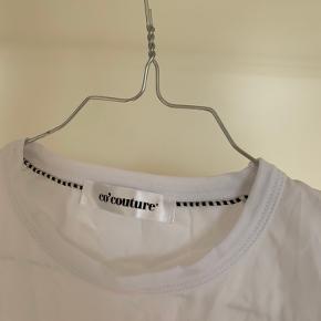 Rigtig fin trøje fra co'couture med fine skulderpuder.  Aldrig brugt, så fremstår i hel ny stand. Byd meget gerne!! Skriv gerne for flere billeder🌸🌸