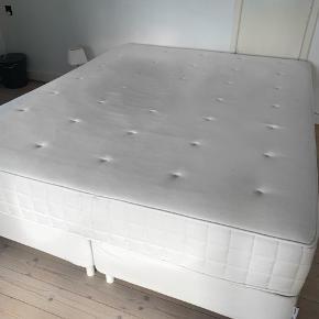 1 år gammel seng fra IKEA.  Det er to sammensatte enkeltsenge (fastgjort under, så de ikke glider fra hinanden) med en boxmadras ovenpå. Det hele er købt til en samlet ca pris på 3000kr.  Sælges for 1200kr i en hurtig handel.